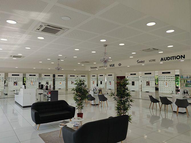 86a7ec6c30 Dans un espace dédié à la vue, vous pourrez choisir vos lunettes de soleil  et lunettes de vue librement tout en bénéficiant de l'expertise et du  conseil de ...