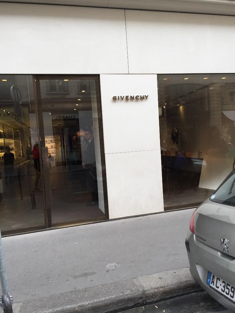 Super Boutique Givenchy - Vêtements femme, 28 rue du Faubourg Saint  UK76