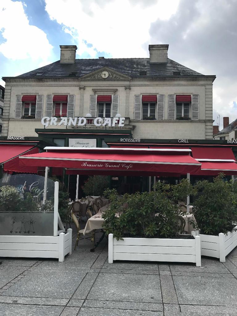 brasserie le grand caf restaurant 1 place travot 49300. Black Bedroom Furniture Sets. Home Design Ideas