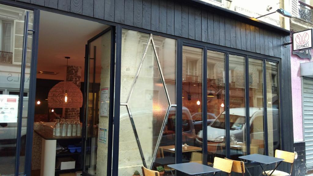 les pinces restaurant 28 rue de douai 75009 paris. Black Bedroom Furniture Sets. Home Design Ideas
