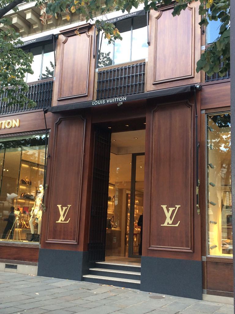 54c232ed0f09 Magasin Louis Vuitton - Maroquinerie, 6 place Saint Germain des ...