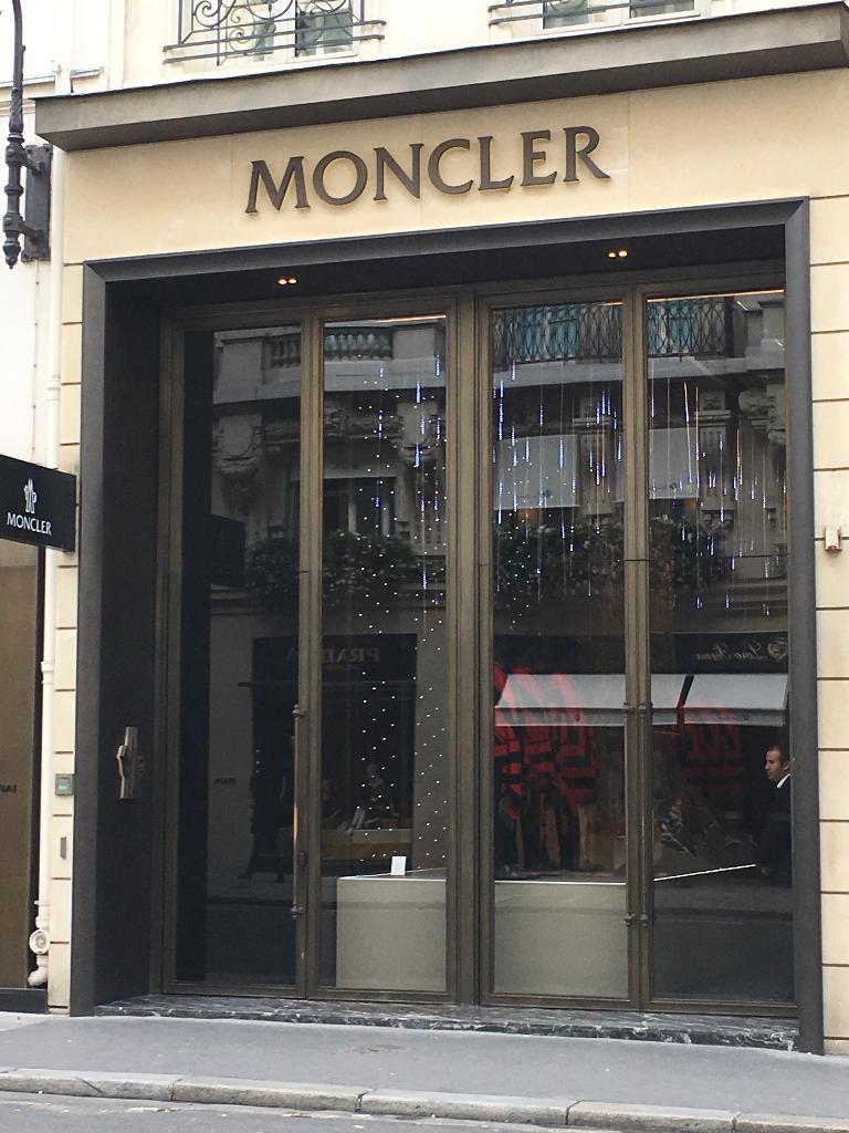 Moncler France, 7 r Faubourg St Honoré, 75008 Paris - Atelier de haute  couture (adresse, horaires, avis, ouvert le dimanche) 2112848daf7
