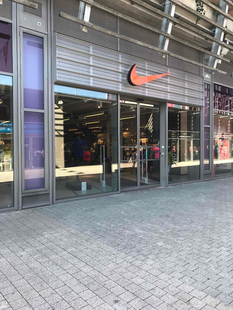 nike factory store magasin de sport 2 rue jacquard 69120 vaulx en velin adresse horaire. Black Bedroom Furniture Sets. Home Design Ideas