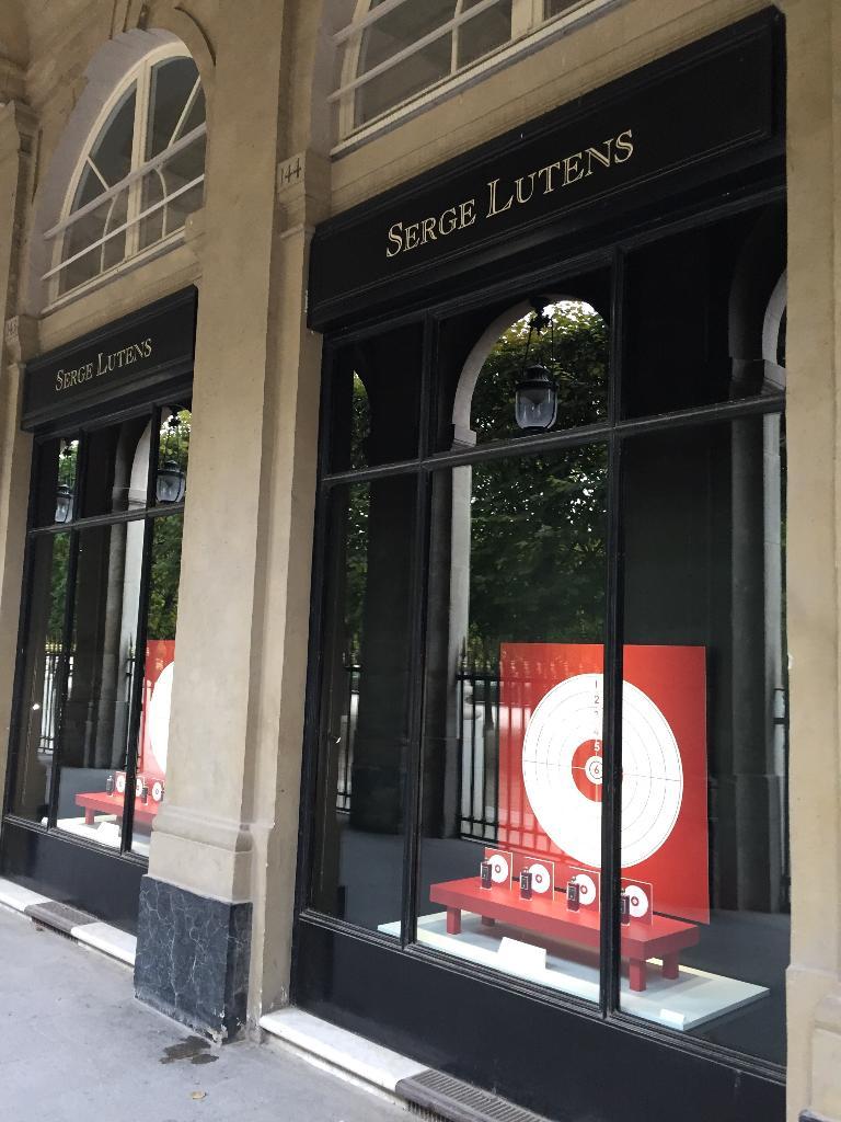 Serge lutens salons du palais royal shiseido parfumerie 25 rue de valois 75001 paris - Salon de the palais royal ...