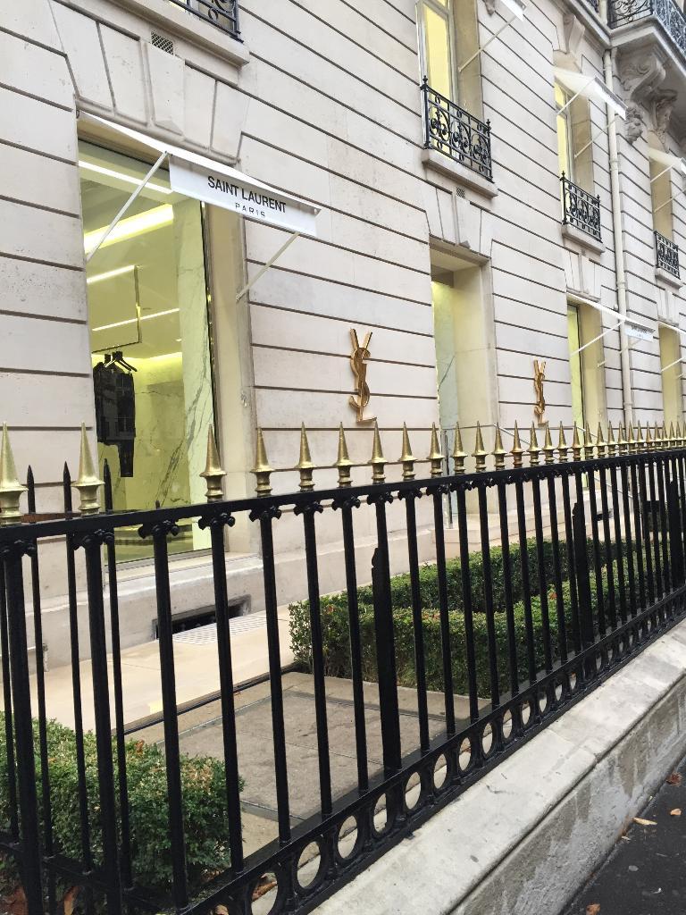 Souvent Yves Saint Laurent - Grand magasin, 53 avenue Montaigne 75008  UR32